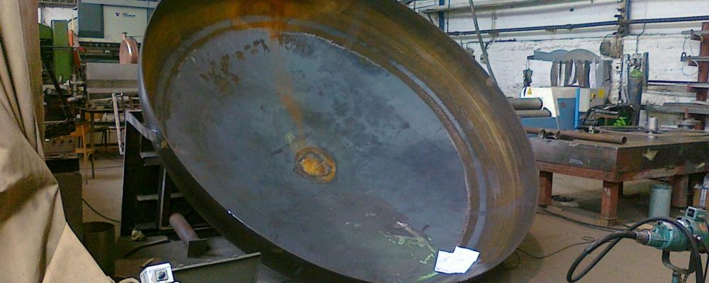 17). 1 ks NOVÉ - Dno ocelové eliptické 2:1, D=3500 mm, s=8 mm (min.), h1=50 mm, H=921 mm (vnitřní), hrana rovná, materiál P265GH, základní materiálový atest, lze použít i na tlakovou nádobu.